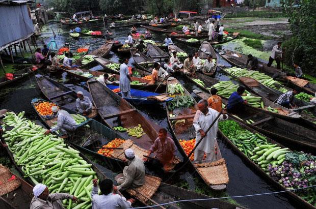 بازار و خرید و فروش بر روی قایق در بانکوک