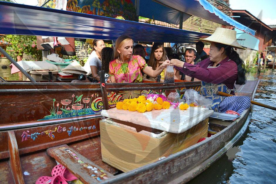 خرید خانم ها در قایق های تایلندی