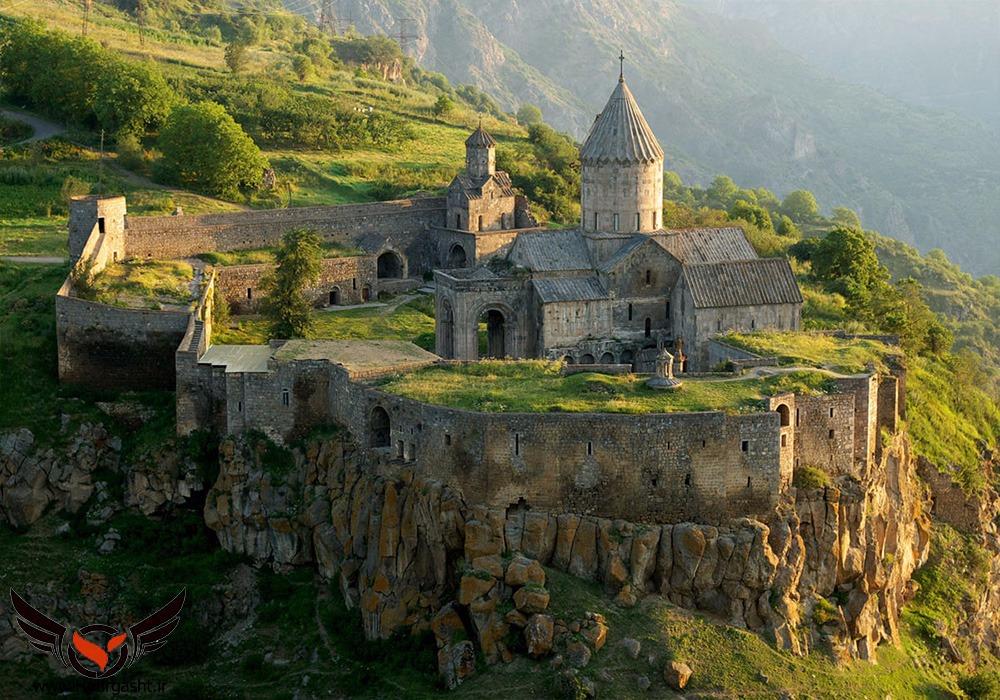 کلیساهای بسیار زیبا در کنار دره در ارمنستان