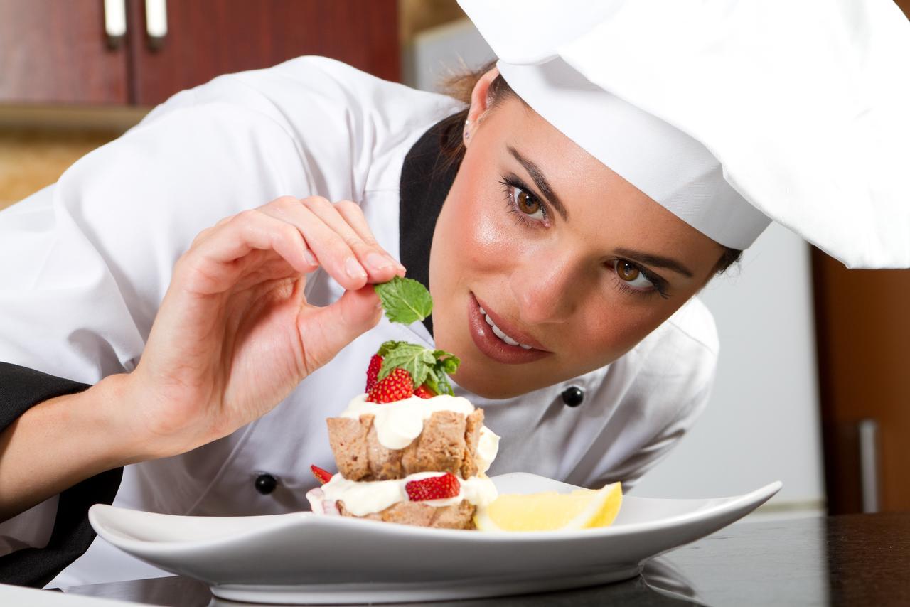 خوشگل خانوم در رستوران میده غذا