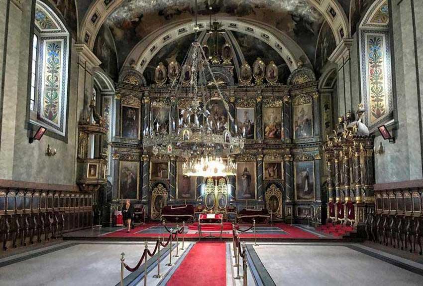 نمای درون کلیسای زیبایی در شهر بلگراد صربستان
